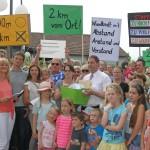 Unterschriften und Bürgereingaben werden dem Bürgermeister persönlich übergeben.